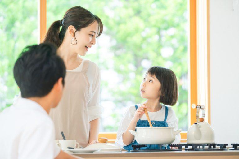 料理をする子どもとママ