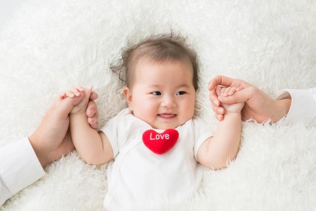 手を繋ぐ赤ちゃん