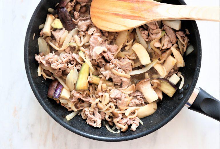 キノコとお肉を炒める