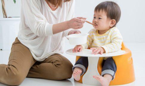 赤ちゃんにご飯を食べさせるママ
