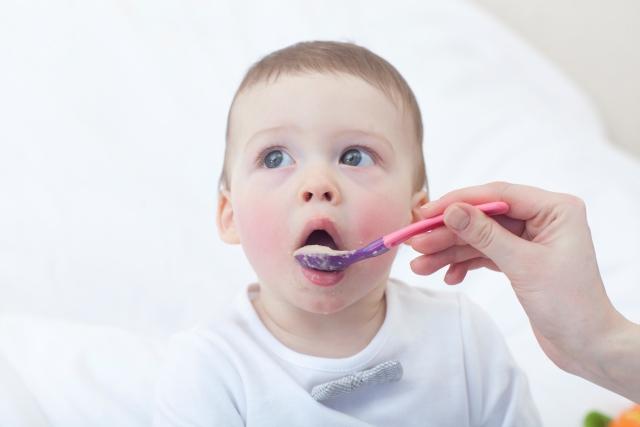 離乳食を食べる子ども