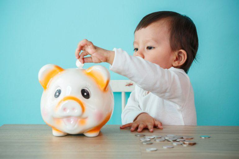 貯金箱と子供