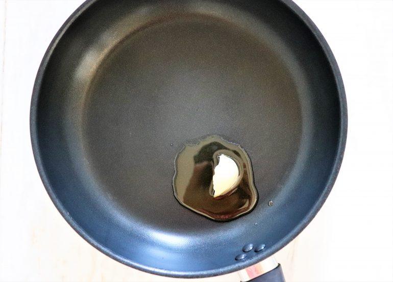 ごま油を敷いたフライパンに、にんにくを入れ
