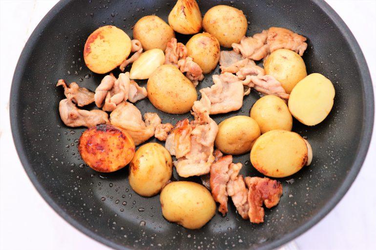 豚肉とじゃがいもと調味料を混ぜ合わせる