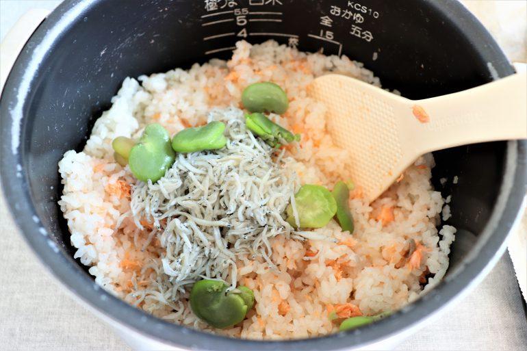 そら豆と鮭の炊き込みご飯混ぜている様子