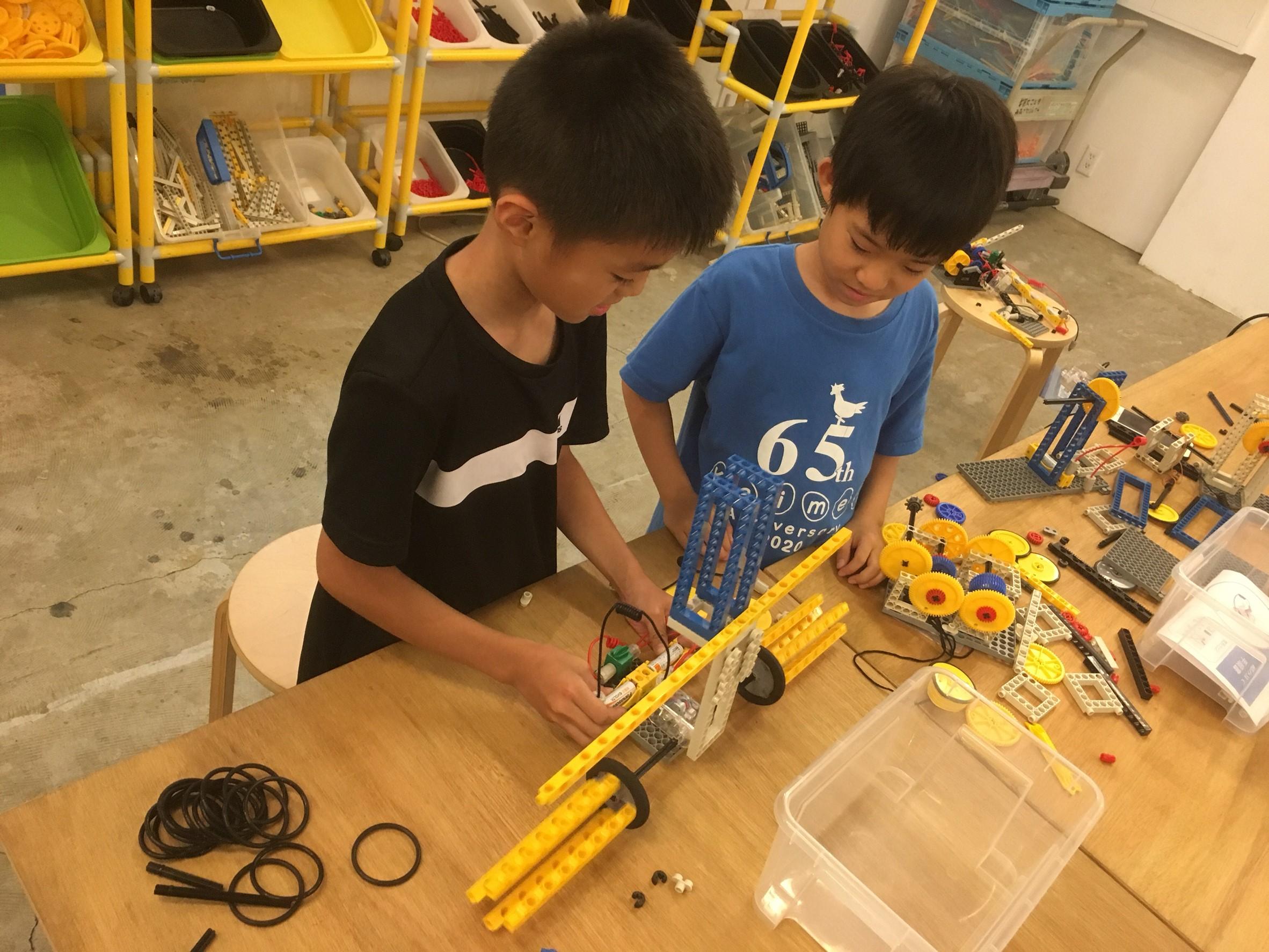 科学おもちゃで遊ぶ子供
