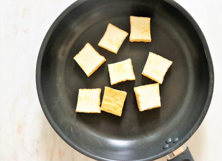 豚肉はキッチンバサミで切り広げて軽く、塩・コショウをする。