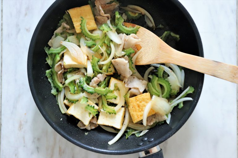 ゴマ油、ゴーヤ、タマネギ、豚肉、鶏がらスープの素を入れ