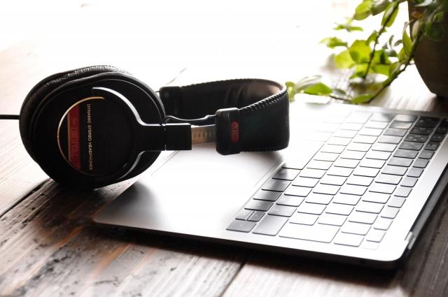 パソコンとヘッドフォン