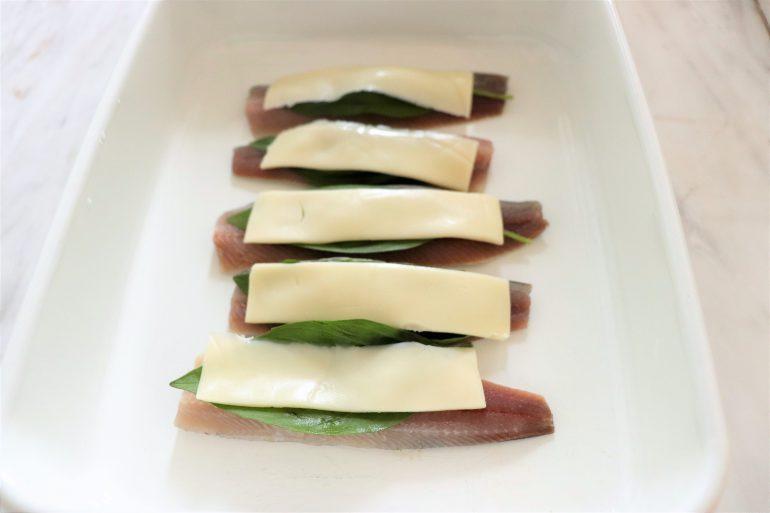 塩・コショウを改めてふって、バジル、とろけるチーズをイワシの上に順
