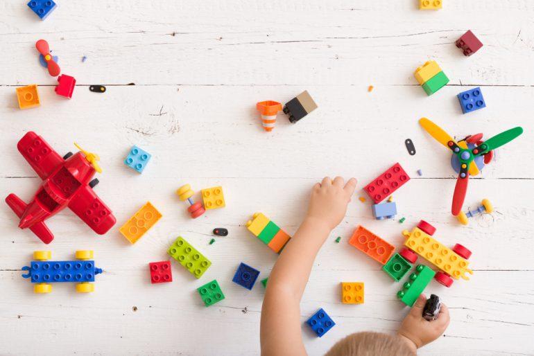 ブロックと子供の手
